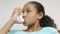 Image: Young girl uses an inhaler; Copyright: panthermedia.net/Craig Robinson