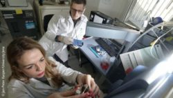 Image: A man and a woman working in a laboratory; Copyright: Jan-Peter Kasper/University Jena